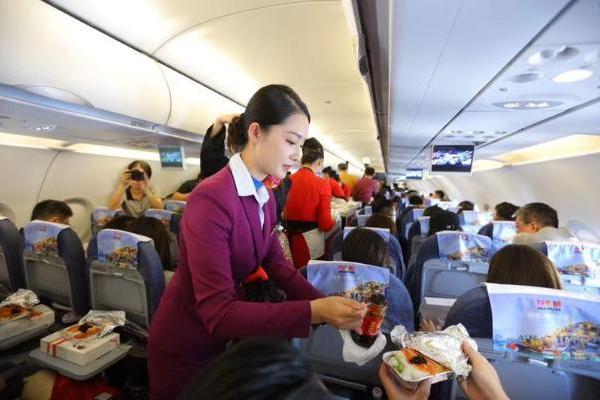 《中国机长》万米高空首映礼 李沁张天爱化身空姐为乘