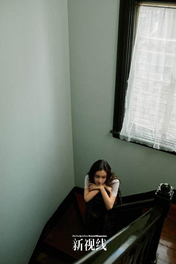 Angelababy登封面随性烂漫 解锁上海弄堂女孩的回忆