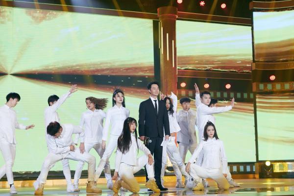 黄轩出席华语青年电影周开幕式 为青年影人发声