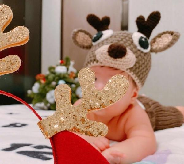 安以轩晒一家三口圣诞照 儿子小鹿套装嘟嘟脸超萌