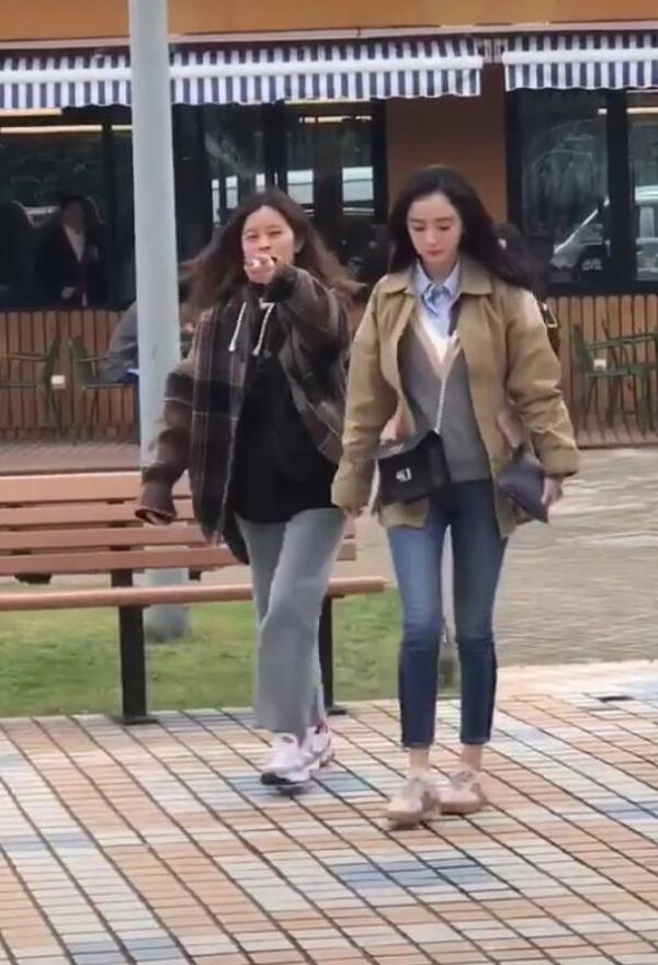 杨幂拍戏被偶遇 女助理用手指着粉丝不让拍惹争议
