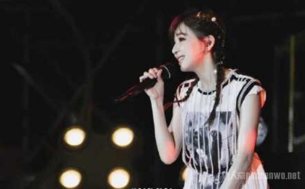 王心凌演唱会 首次在现场演绎《黄昏晓》 回忆感满满