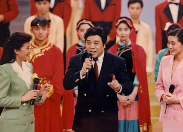 赵忠祥追悼会在京举行 杨澜晒昔日合照表达尊敬与不舍