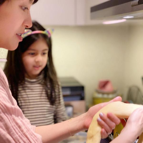 梁咏琪一家庆祝节日 母女俩合力做面包画面温馨