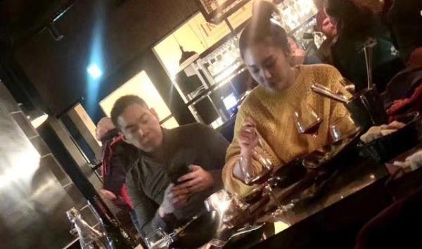 张雨绮与张钱豪同游日本被偶遇 对饮红酒状态不错
