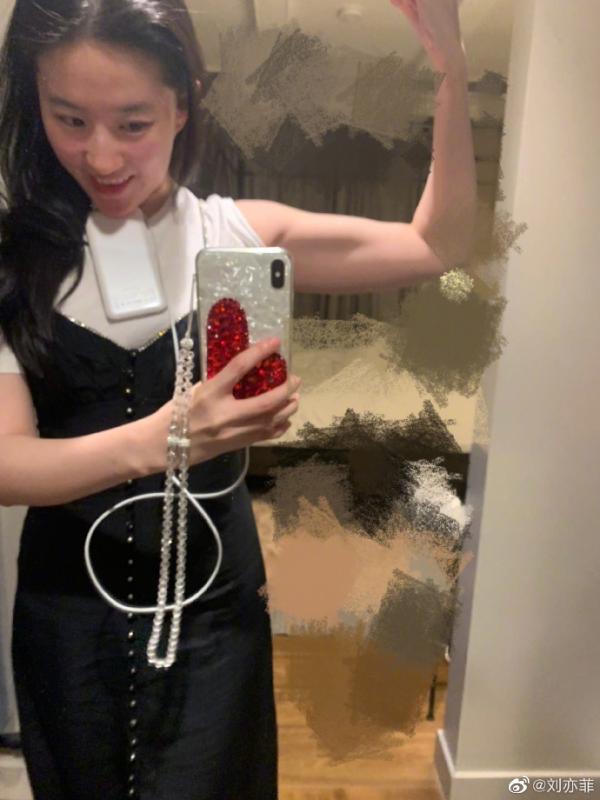 刘亦菲晒健身照展现好身材 秀肌肉露蛮腰面色红润状态好