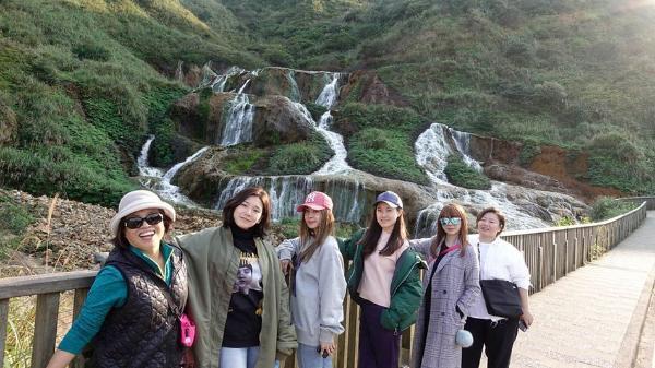 蔡依林与家人好友旅行晒美景 妈妈比剪刀手出镜笑容灿烂