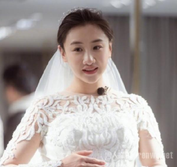 何雯娜孕肚婚纱照 满脸幸福 这个反应也太可爱了吧