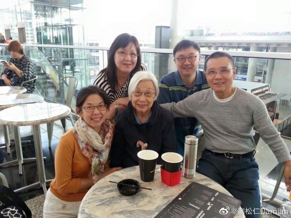 70岁刘松仁晒与亲友聚会合照 外出打卡景点精气神十足