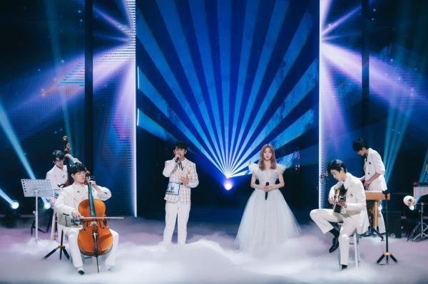 《明日之子乐团季》迎爱情主题合作舞台 硬糖少女303化身学姐惊喜空降