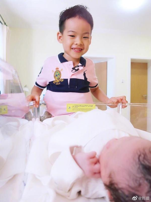 刘璇宣布二胎得女 晒儿子女儿合照超幸福