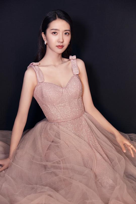 许龄月亮相飞天奖颁奖典礼 一袭粉金色拖地礼服裙尽显优雅