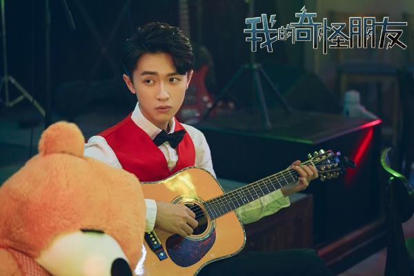 《我的奇怪朋友》主题曲深情上线 陈小春独特嗓音超能献唱