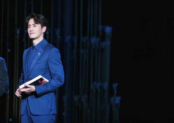 央视特别晚会杨玏张国立朗诵致敬最可爱的人