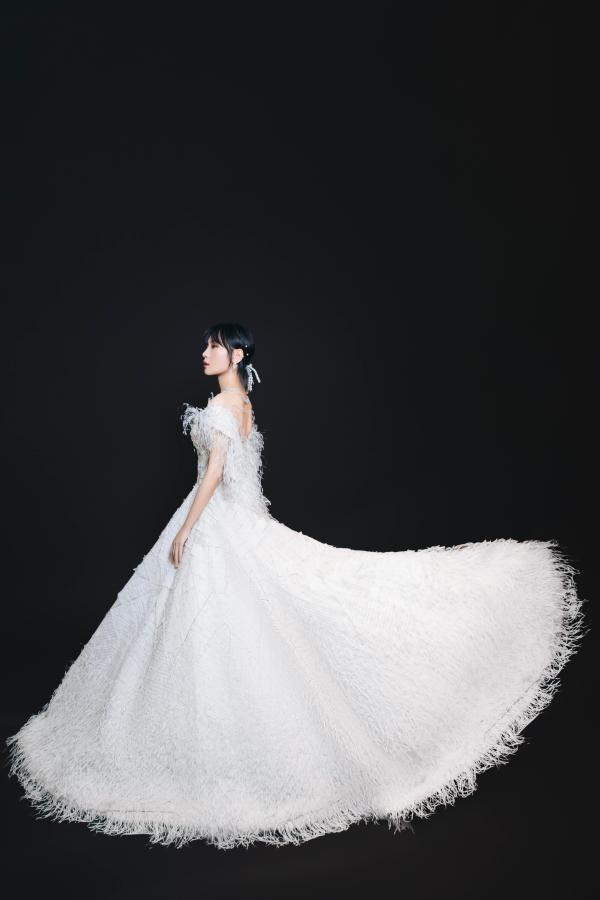 周笔畅金鹰节献唱 白羽轻柔梦幻唯美