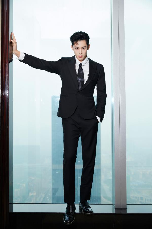 王鹤棣的长腿好绝!为新剧宣传不遗余力
