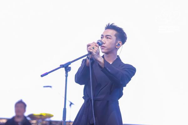 邓见超杭州草莓音乐节实力开唱 尽显浪漫诗意音乐特质