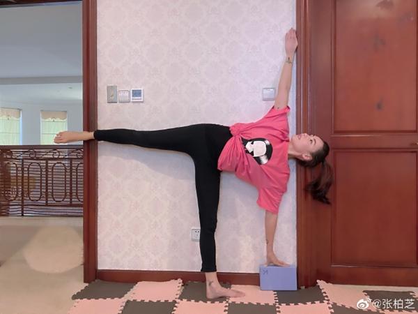 张柏芝梳着高高的马尾辫做瑜伽 穿着黑色紧身衣 露出长腿