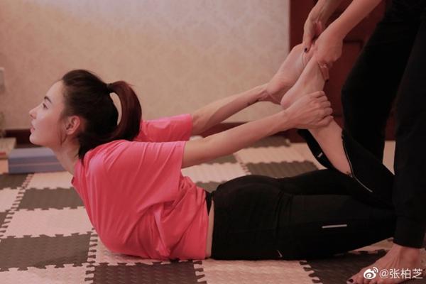 张柏芝梳高马尾做瑜伽气色好 穿黑色紧身裤秀大长腿