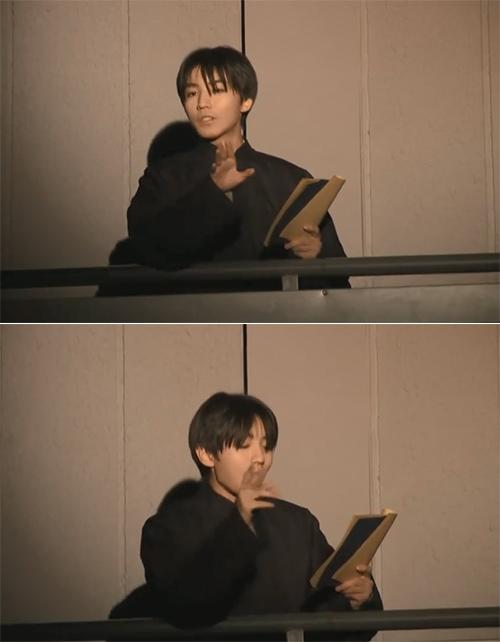 王俊凯毕业大戏穿长大褂饰演说书人 中分造型有那味儿