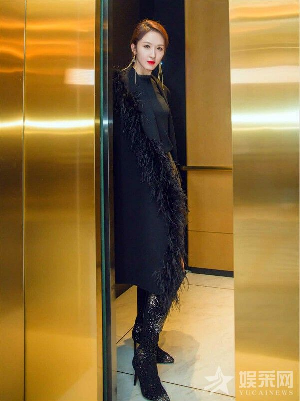演员张雯随拍 彰显黑色酷飒魅力