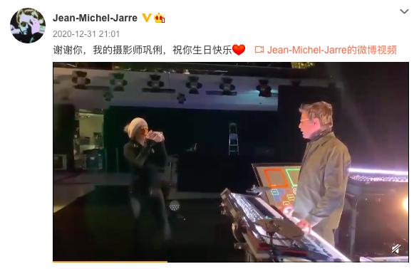 老公让雅尔开通中国社交账号 巩俐亲自掌镜拍视频甜蜜对视