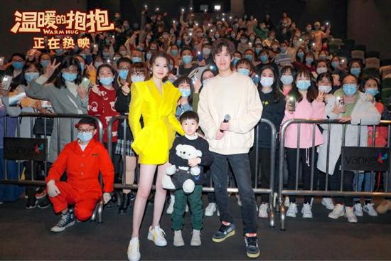 常远首部导演作品《温暖的抱抱》票房近6亿 李沁首演喜剧