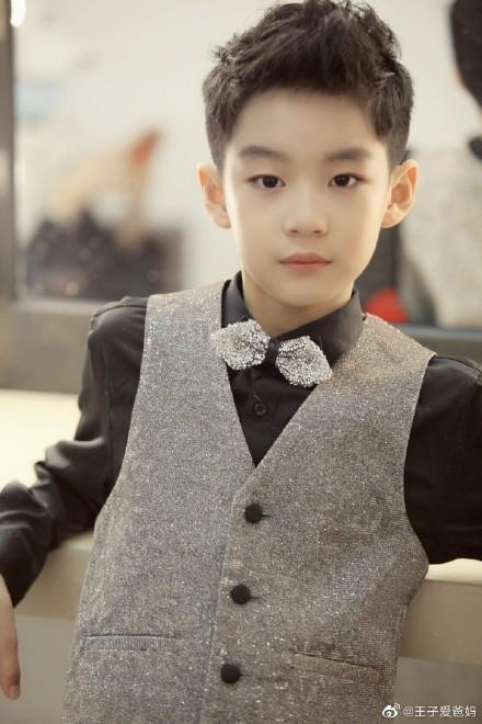 赵英9岁儿子最近的照片穿西装梳大人的发型 像个流氓!