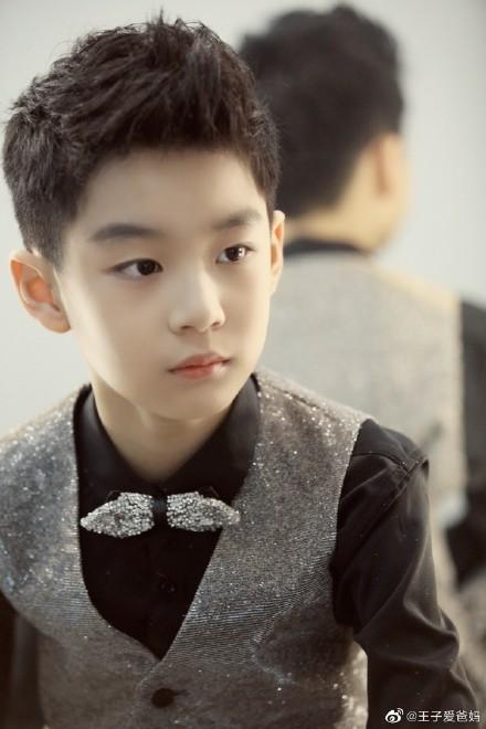 曹颖9岁儿子近照曝光 穿西装梳大人发型好似小霸总!