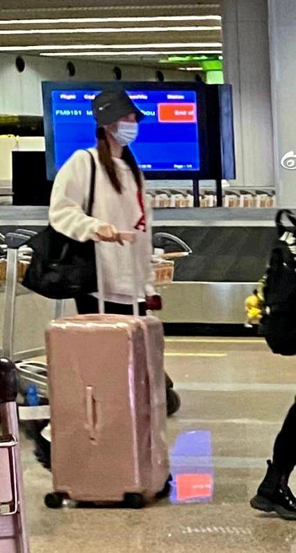 """网友高呼吉娜是不是拿错行李箱了 """"金大熙""""再也憋不住自己的体质了!"""