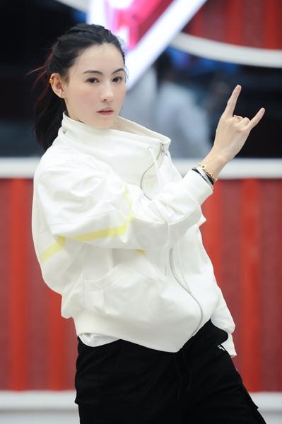 张柏芝为《姐姐2》认真加练 呆萌唱跳惹人爱