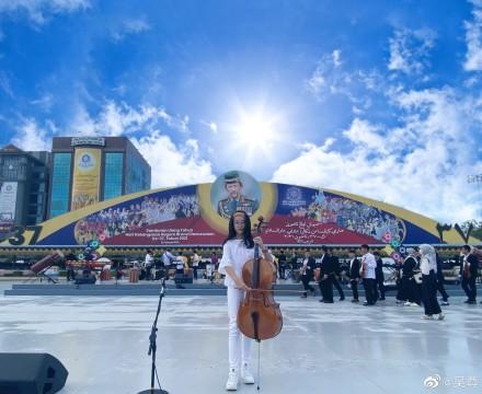 吴尊女儿在文莱国王面前演奏大提琴 NeiNei大长腿吸睛