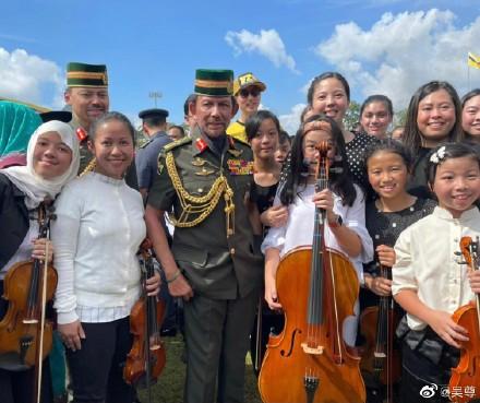 吴尊的女儿在文莱国王内内的长腿前拉大提琴