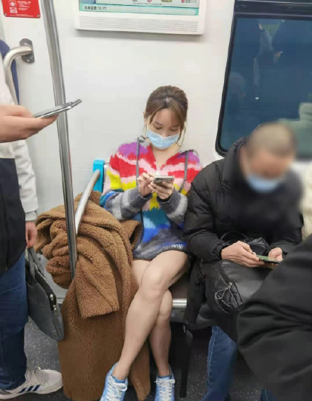 金莎在路人镜头下的美腿吸引了佛祖的注意在网上拍照