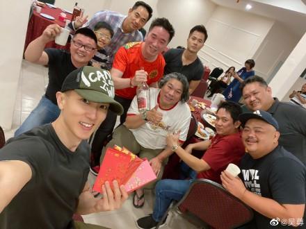 吴尊和他的同学像两代人一样合影 有明星同学真可怕!