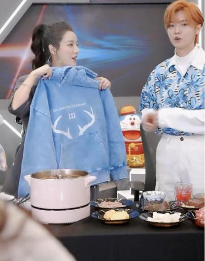 鹿晗到了威亚客厅 就吃饭 广播 他看到火锅就说个不停!