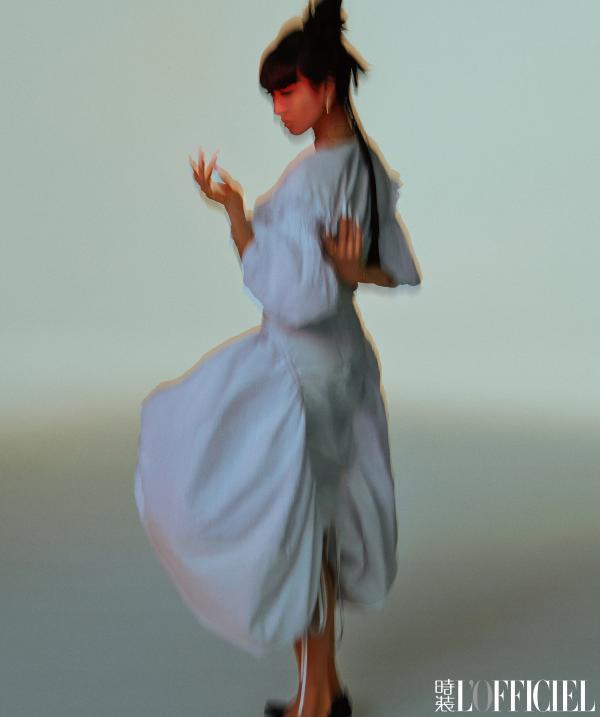 宋茜4月刊杂志封面大片 次元感齐刘海造型彰显神秘魅惑