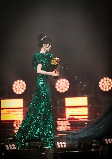 鞠婧祎把水洒到了吴宣仪裙子上 两位美女的表情亮了!