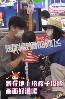 吴奇隆刘诗诗一家三口逛超市 吴奇隆全程抱娃刘诗诗负责买买买