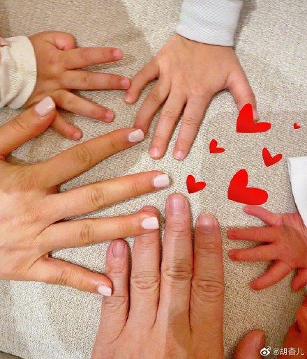 胡杏儿三胎生子喜讯公布 分享一家五口手掌照幸福满满