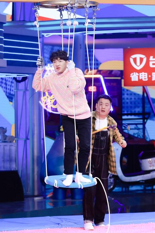《接招吧前辈》王祖蓝复古迪斯科活力开场 上演直升机式惩罚
