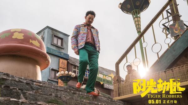 """《阳光劫匪》发""""电影版""""主题曲MV  张杰倾情献唱《别把我丢了》"""