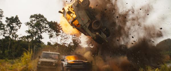 """飙车被夹变""""三明治""""!《速度与激情9》唐老大以一敌二撞翻天"""