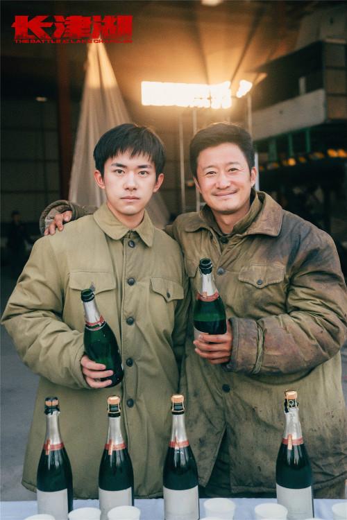 """电影《长津湖》杀青 吴京易烊千玺率""""七连六将士""""合体纪念拍摄顺利"""