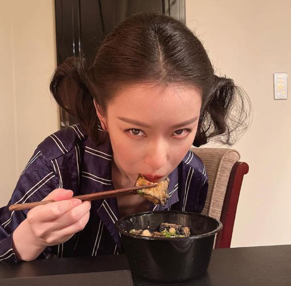 倪妮白玉兰下班后吃臭豆腐 感慨:衣服太紧