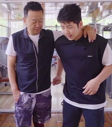 比爸爸都高了!郭涛晒父子视频 14岁石头变化明显