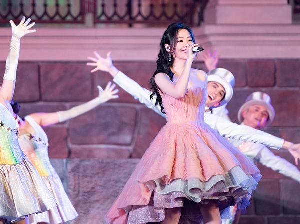 张靓颖演唱上海迪士尼全新主题曲 五周年庆典《绽放美妙惊喜》首曝