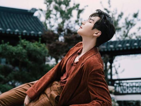 彦希出席《男人风尚LEON》东方绅士之夜,红衣似枫,唤醒感性意识