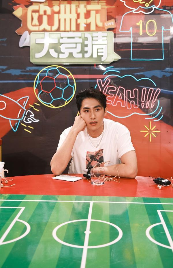 演员刘迅直播观战欧洲杯 预言德法大战成真