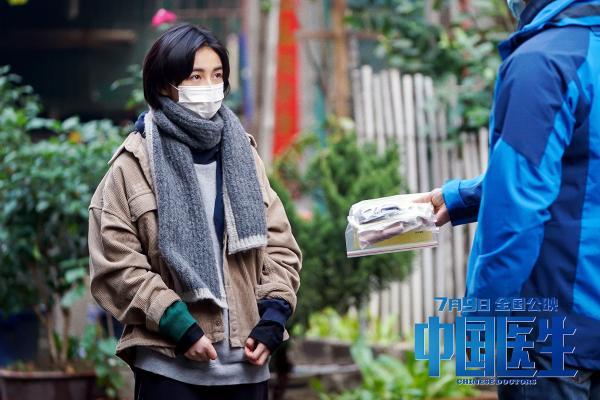 """《中国医生》展现抗疫一线上的""""青春力量"""" 易烊千玺领衔诠释青年担当"""